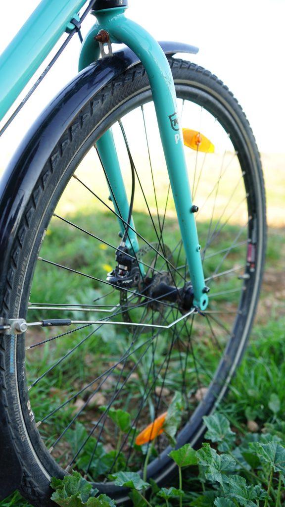 """Rueda de 29"""" de la bicicleta Kona Sutra Bielasycadelas"""
